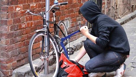 Мальчик и девочка похитили велосипеды из чужого подъезда