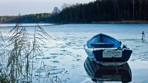 Двоих рыбаков спасли после столкновения их лодки с льдиной