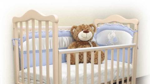 В Энгельсе ребенок задушил себя, сползая с кроватки
