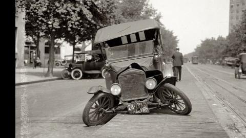 Пiяного господина за рулемъ автомотора схватили на углу Михайловской и Казармѣнной.