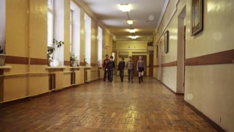 Десятиклассница попала в больницу после столновения в школьном коридоре