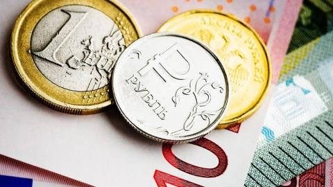 Евро подорожал почти на 3 рубля после падения нефти