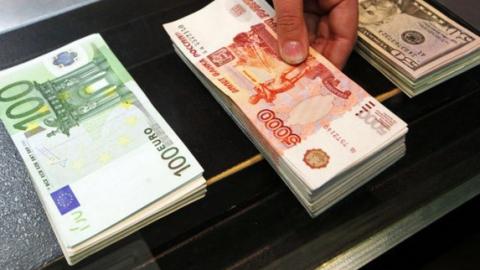 Доллар иевро укрепляются крублю всамом начале валютных торгов