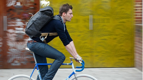 Энгельсские полицейские ночью задержали велосипедиста собрезом врюкзаке
