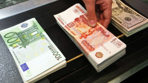 Официальный курс доллара навыходные прибавил семь копеек