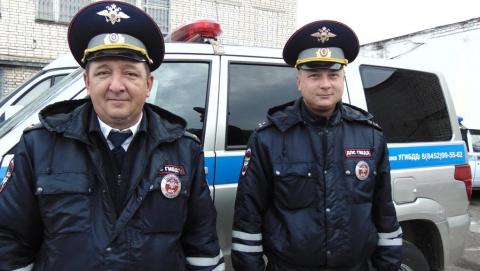 Под Саратовом инспекторы ДПС помогли спасти ребенка
