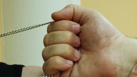 Молодого человека подозревают вкраже цепочек икулонов узнакомой