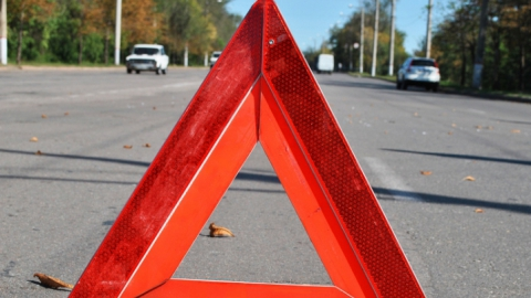 Полицейские разыскивают водителя, сбившего женщину иуехавшего сместа ДТП