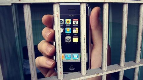 Работник колонии взял взятку запередачу заключенному телефона