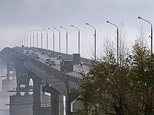 Пять автомобилей остановили движение на мосту из Энгельса в Саратов
