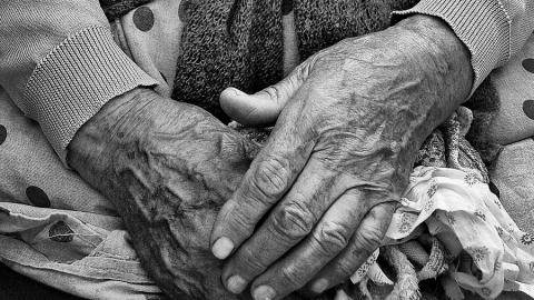 Мужчина досмерти избил престарелую мать илег спать