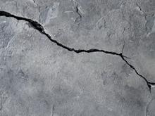 Управляющей компании за трещины в стенах дома назначили пустяковый штраф