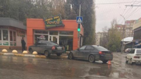 Вцентре Саратова после столкновения с«БМВ» легковушка вылетела натротуар