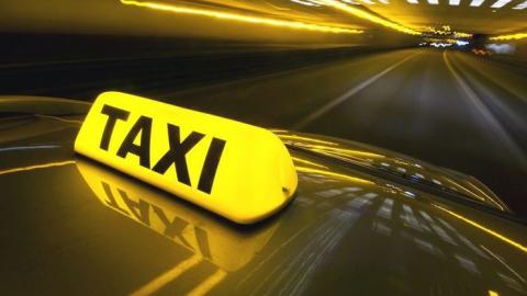 Таксист находу выпрыгнул измашины, спасаясь отбратьев сножами