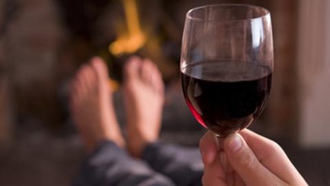 Молодой парень похитил бутылку вина всаратовском магазине