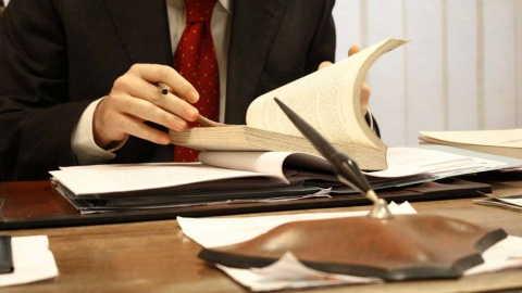 Юрист подозревается ввымогательстве денежных средств уклиента для передачи взятки
