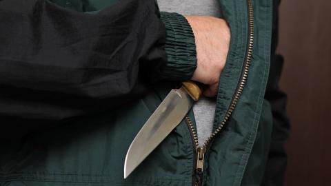 Рецидивист, угрожая ножом, отнял деньги у собственных родителей
