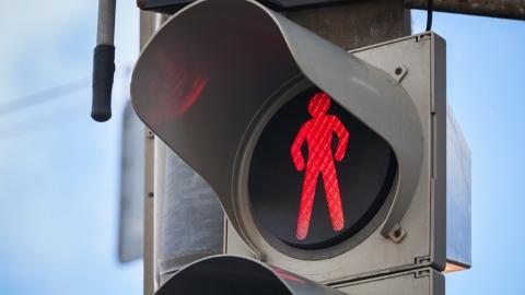 """В Саратове иномарка сбила идущего на """"красный"""" мужчину"""