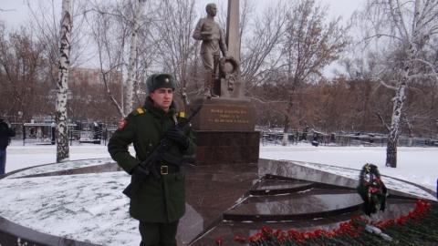 На Воскресенском кладбище возложили цветы к памятнику Воина-освободителя