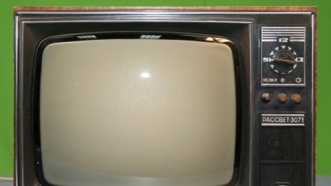 Бездомный уснул рядом с похищенным телевизором