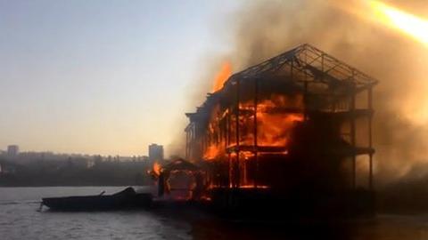 При возгорании дебаркадера на Волге погиб мужчина