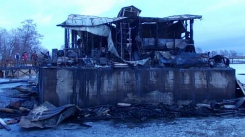 При пожаре в дебаркадере погибли сторож и его собака