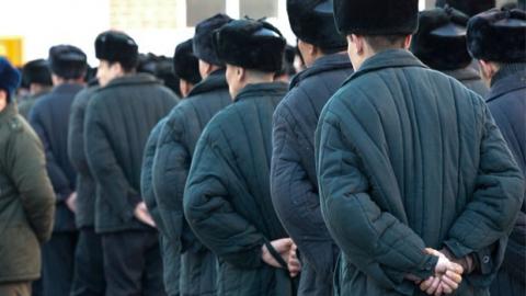 Осужденный оскорбил матом инспектора колонии за требование переобуться