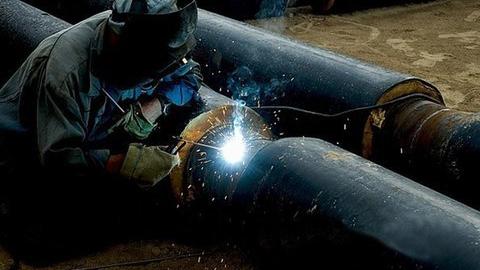 На месте коммунальной аварии в Саратове проводят демонтаж дефектного участка трубы