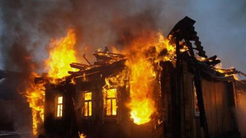 ВСаратове изгорящего дома спасли 3 человек, втом числе ребенка