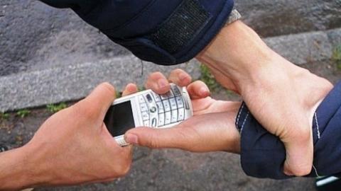 Грабитель отобрал у восьмиклассника телефон и продал на Сенном рынке