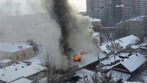 В Саратове горит здание военного госпиталя