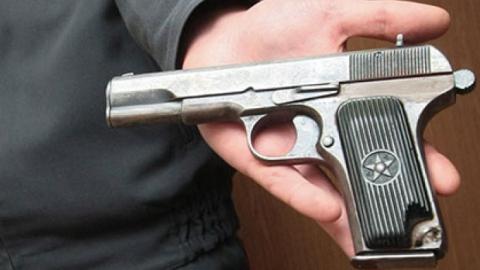 В квартире осужденного за убийство парня полицейские нашли пистолет