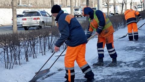 Уборкой снега в Саратове занимаются 144 дорожных рабочих