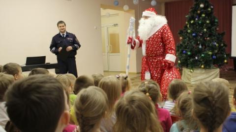 Полицейский Дед Мороз рассказал детям о безопасности на дороге