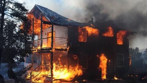 В Дубках мать безуспешно пыталась вытащить детей из горящей комнаты