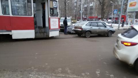 """Столкнувшиеся """"Лексус"""" и """"Хундай"""" парализовали движение трамваев"""