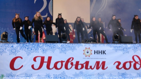 Главный Дед Мороз Саратова зажег елку на Театральной площади