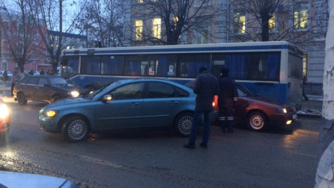 На Московской столкнувшаяся с автобусом иномарка перегородила дорогу