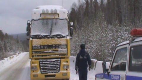 Оренбургские полицейские спасли замерзающего на трассе саратовца