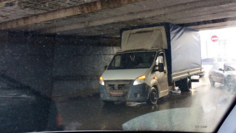Под мостом в районе табачной фабрики снова застрял грузовик