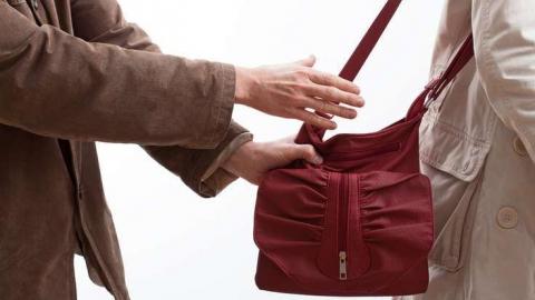 На Полиграфической грабитель отобрал сумки у двух женщин