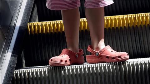 В ТЦ на Астраханской в эскалаторе застрял пятилетний мальчик