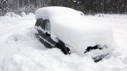 Из снега на трассе под Саратовом спасатели откапывали две машины