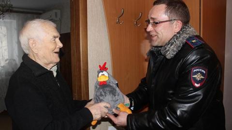 Руководство ГУ МВД вручило ветеранам новогодние подарки