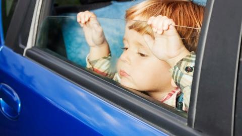 Следователи проверяют законность эвакуации автомобиля с ребенком в салоне