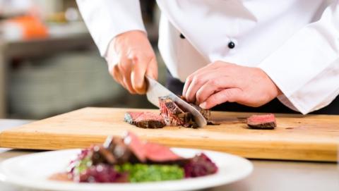 Сломавшая позвоночник школьный повар получит 100 тысяч рублей компенсации