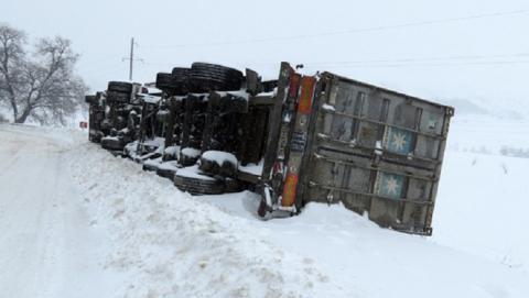 В Рязанской области перевернулась фура с саратовским водителем