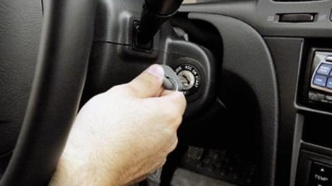 Пасынок силой отобрал ключи у жителя Энгельса и угнал его автомобиль