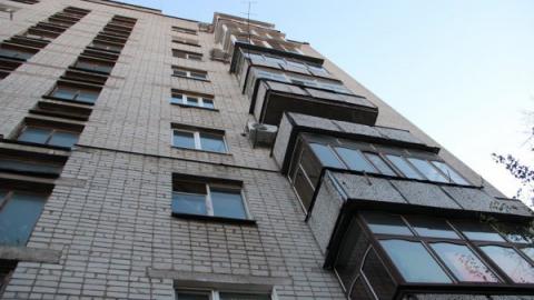 Мужчина под шофе спрыгнул с балкона своей квартиры