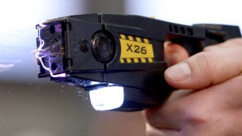 Мужчина сказал милиции опытках электрошокером